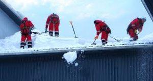 Кому доверить задачу по очистке крыши от снега