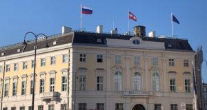 Австрия впервые подняла российский флаг над ведомством канцлера